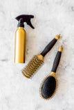 Anreden von Haarinstrumenten mit Kämmen und von Bürsten im Friseursalon auf SteinDraufsichtmodell des hintergrundes Stockfotografie
