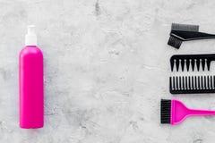 Anreden von Haarinstrumenten mit Kämmen und von Bürsten im Friseursalon auf SteinDraufsichtmodell des hintergrundes Lizenzfreie Stockfotografie