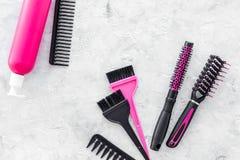 Anreden von Haarinstrumenten mit Kämmen und von Bürsten im Friseursalon auf SteinDraufsichtmodell des hintergrundes Lizenzfreie Stockfotos