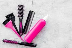 Anreden von Haarinstrumenten mit Kämmen und von Bürsten im Friseursalon auf SteinDraufsichtmodell des hintergrundes Lizenzfreies Stockbild