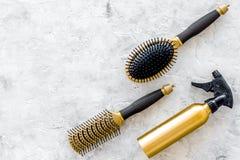 Anreden von Haarinstrumenten mit Kämmen und von Bürsten im Friseursalon auf SteinDraufsichtmodell des hintergrundes Lizenzfreies Stockfoto