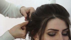 Anreden von Haarsträhnen auf dem Kopf stock footage
