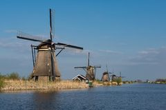 Anrichte von Windmühlen auf dem Kinderdijk-Standort lizenzfreies stockbild