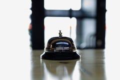 Anruf für einen Kellner in einem Café lizenzfreie stockbilder