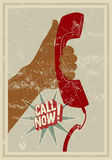 Anruf jetzt! Typografisches Retro- Schmutzplakat Hand hält einen Telefonhörer Auch im corel abgehobenen Betrag Stockbilder