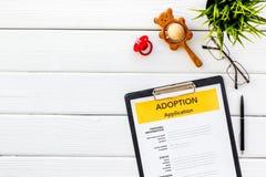 Ansökningsblankett för adopterar upp barnet på vit åtlöje för den bästa sikten för bakgrund royaltyfri fotografi