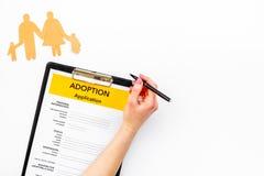 Ansökningsblankett för adopterar upp barnet på vit åtlöje för den bästa sikten för bakgrund arkivbild