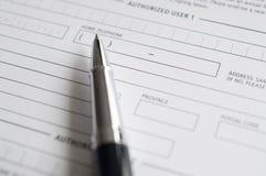 Ansökningsblankett och penna för tom kreditering Royaltyfri Foto