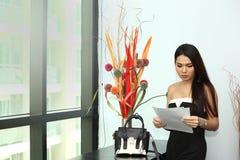 Ansökningshandling för jobbintervju, i modernt offic rum Arkivfoton