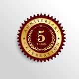 5 ans d'anniversaire de célébration de logo d'or d'insigne illustration de vecteur