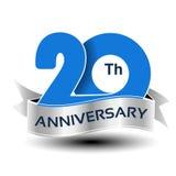 20 ans d'anniversaire, nombre bleu avec le ruban argenté Images stock