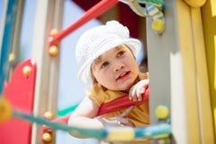 2 ans d'enfant dans le terrain de jeu Photographie stock libre de droits