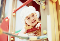 2 ans d'enfant dans le terrain de jeu Photo libre de droits