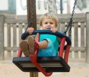 2 ans d'enfant sur l'oscillation Image libre de droits