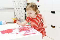 2 ans de belle peinture de petite fille Photographie stock