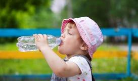 2 ans de boissons de bébé de bouteille Images stock