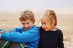 5 ans de fille avec ses 8 années autistes de frère Images libres de droits