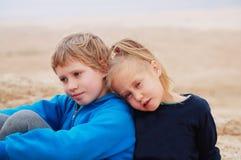 5 ans de fille avec ses 8 années autistes de frère Photographie stock