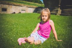 6 ans de fille dehors Image libre de droits