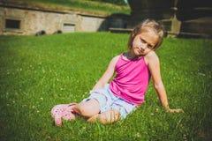 6 ans de fille dehors Photographie stock