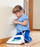 3 ans de fille jouant avec du fer électrique Images stock