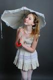 12-13 ans de fille sous un parapluie Images libres de droits
