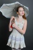 12-13 ans de fille sous un parapluie Images stock