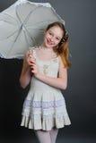 12-13 ans de fille sous un parapluie Photographie stock