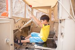 4 ans de jeu d'enfant comme conducteur sur le camion Image libre de droits
