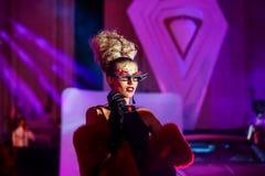 10 ans de magazine de luxe - défilé de mode Images stock