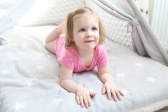 2 ans de petite fille dans la tente de tipi à la maison Photos libres de droits