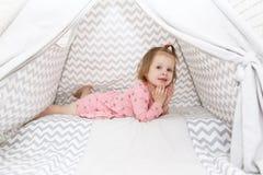 2 ans de petite fille dans la tente de tipi à la maison Photo stock