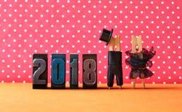 2018 ans en affiche de partie d'amour Toilettez le chapeau noir de costume, robe rouge noire de jeune mariée Caractères de pinces Images stock
