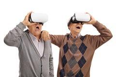 Aînés enthousiastes à l'aide des casques de VR Image stock