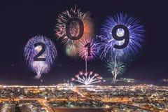 2019 ans prochain avec des feux d'artifice au-dessus de plage de Dubaï Image stock