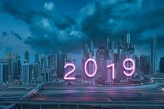 2019 ans prochain comme enseigne au néon sur des gratte-ciel de Dubaï comme backgoun Photos stock