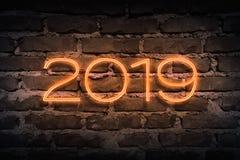 2019 ans prochain comme enseigne au néon sur le modèle de brickwall comme backgoun Photographie stock