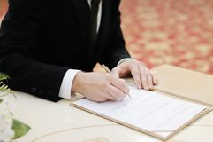 Ansa att underteckna äktenskapslicens, eller gifta sig avtala Royaltyfria Foton