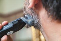 Ansa skägget med den gråa hårbeskärarecloseupen Arkivbild
