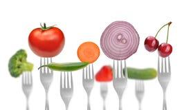 Ansammlung Gabeln mit Gemüse und Früchten Lizenzfreie Stockfotografie