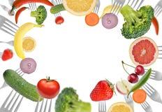 Ansammlung Gabeln mit Gemüse und Früchten stockfotografie