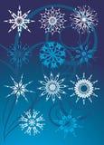 Sammlung Schneeflocken auf dem blauen Hintergrund stockfotografie