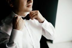Ansar morgonförberedelsen, den stiliga brudgummen som får klädd och p royaltyfria bilder