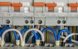 Anschlüsse, Kontakte, Leistungsschalterverdrahtung in der Schalttafel, die eine sichere Versorgung Strom bereitstellt stockfoto