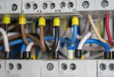 Anschlüsse, Kontakte, Leistungsschalterverdrahtung in der Schalttafel, die eine sichere Versorgung Strom bereitstellt lizenzfreies stockbild