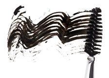 Anschlag der schwarzen Wimperntusche mit Applikatorenpinsel Stockfoto