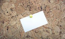 Anschlagbrett mit unbelegter Karte (Ihre Meldung hier) Lizenzfreies Stockfoto