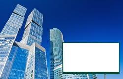 Anschlagtafel auf dem Hintergrund der Wolkenkratzer Lizenzfreie Stockbilder
