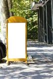 Anschlagtafel auf dem Straßen-weißen Modell lizenzfreie stockbilder