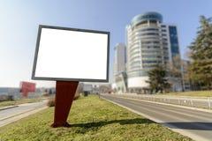 Anschlagtafel auf der Seite der Straße stockbilder